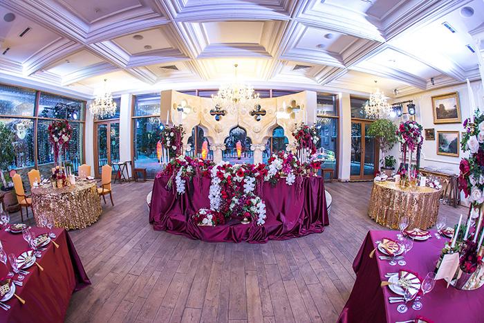 Роскошная банкетный зал для свадебного торжества